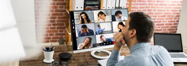 gelangweilter mitarbeiter in videokonferenz