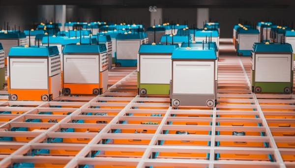 innenbereich eines lagers mit automatisierter logistik
