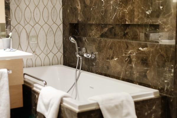 luxurioeses badezimmer interieur im hotel schwarzer