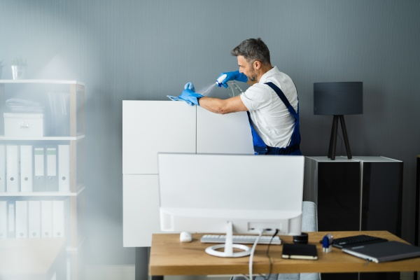 professioneller janitor office reinigungsservice mann