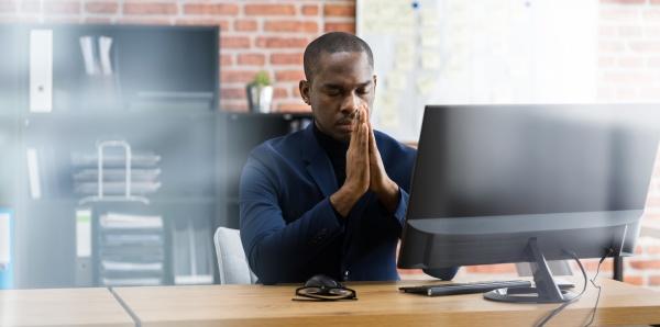 nachdenken betende afrikanische professionelle mitarbeiter