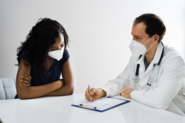 afroamerikanischer patient bei krankenhaustreffen arzt