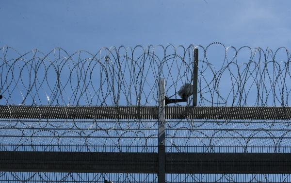 stacheldrahtzaun, als, sicherheitsmaß, im, gefängnis - 29510085