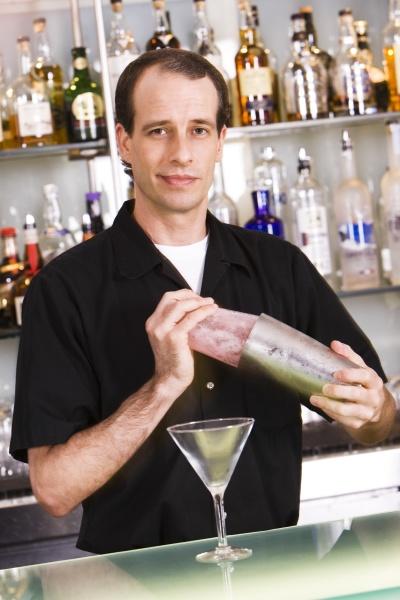 portraet eines barkeepers der einen martini