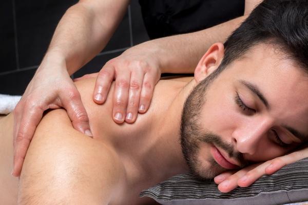 nahaufnahme schultermassage auf jungen mann