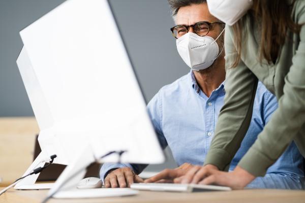 business computer social distancing tragen gesichtsmaske