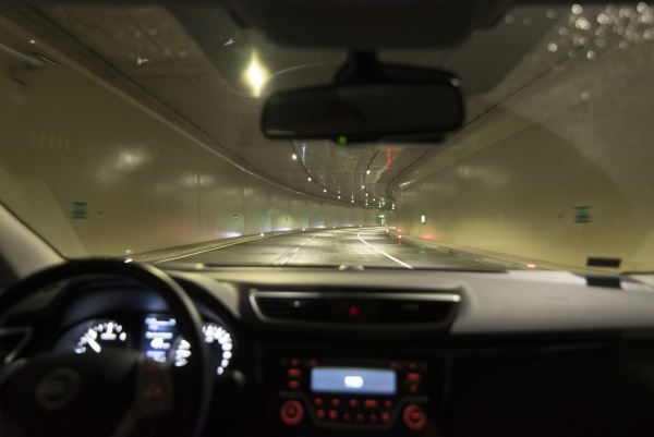 fahren in einem autotunnel
