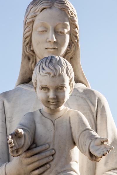 statue der heiligen jungfrau maria mutter