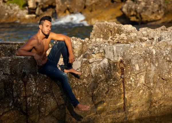 huebscher muskuloeser mann am strand
