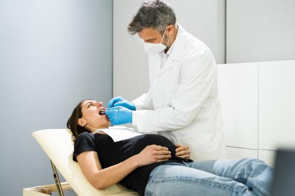 schwangere frau zahnverweihraeuerung zahnmedizin check durch