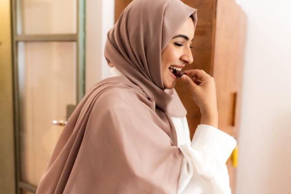 junge muslimische frau essen datum um