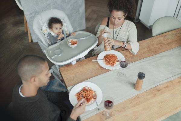 familie isst spaghetti am esstisch und