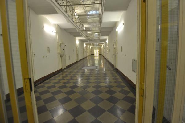 der leere korridor eines gefaengnisses