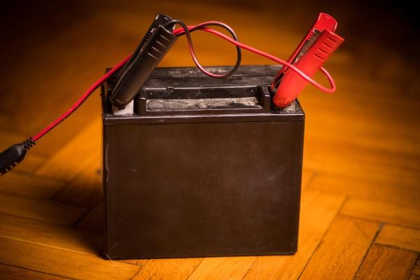 motorrad blei batterie wird geladen