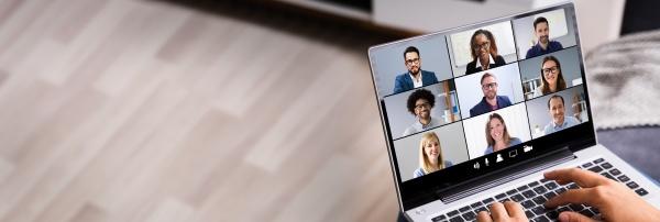 frau blick auf online umfrage laptop