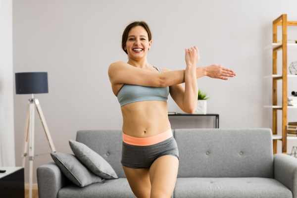 junge frau in fitness tragen UEbung