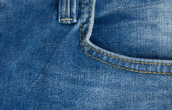 fronttasche aus blauen klassischen jeans vollrahmen