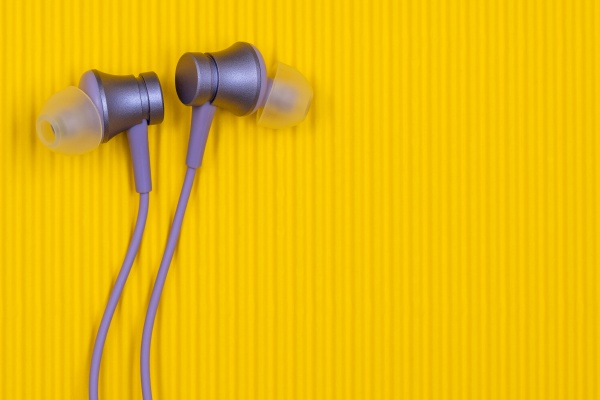 lila audio kopfhoerer auf dem gelben