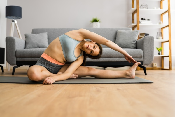 frau macht fitness stretching UEbung training