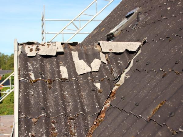 abgenutztes und abgerissenes gebogenes dachbauprojekt