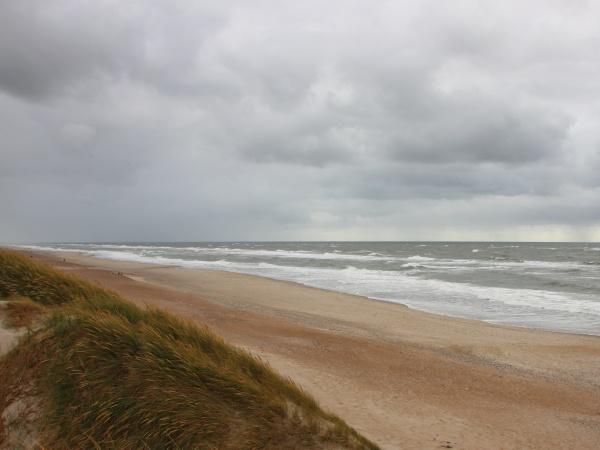 bewoelktes wetter mit horizon coast of