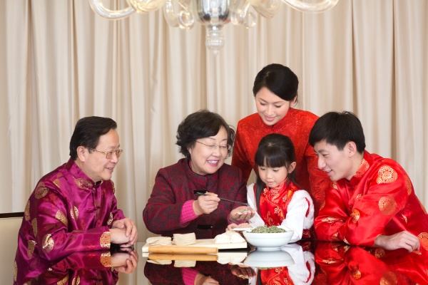 familie beim essen von knoedeln
