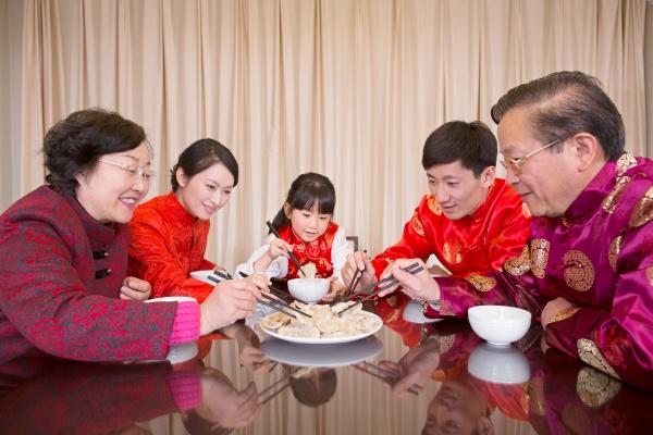 AEltere frau traditionelle kultur feiern luxx