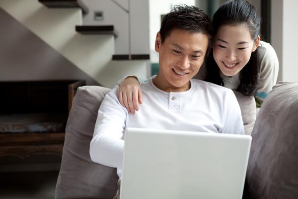 freizeit erwachsene frau sofa intimitaet digitale