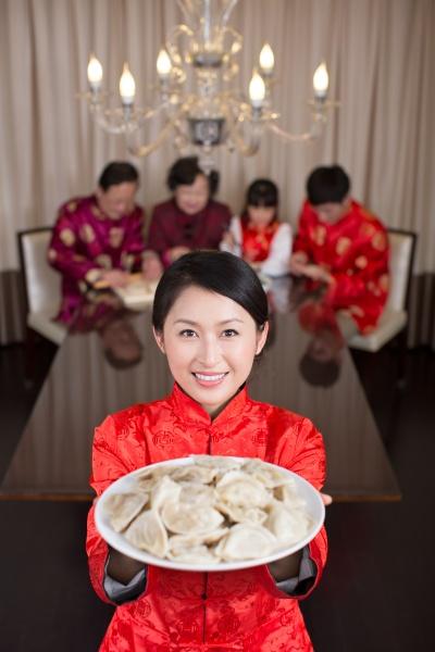 frauen neujahr feiern knoedel chinesisches neujahr