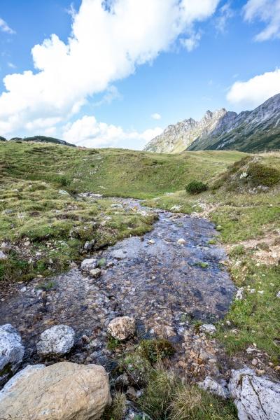 streamlet in idyllischer berglandschaft