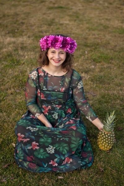 glueckliches kurviges maedchen mit ananas und