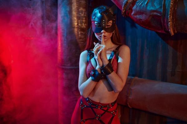 sexy frau posiert in bdsm anzug