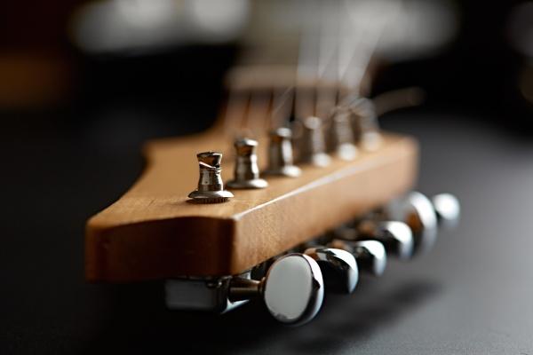 e gitarre nahaufnahme auf dem kopf