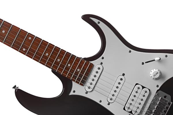 e gitarre isoliert auf weissem hintergrund
