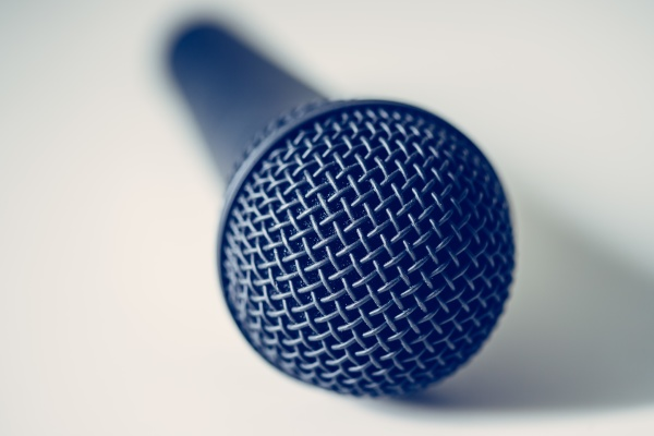 mikrofon mit weissem hintergrund