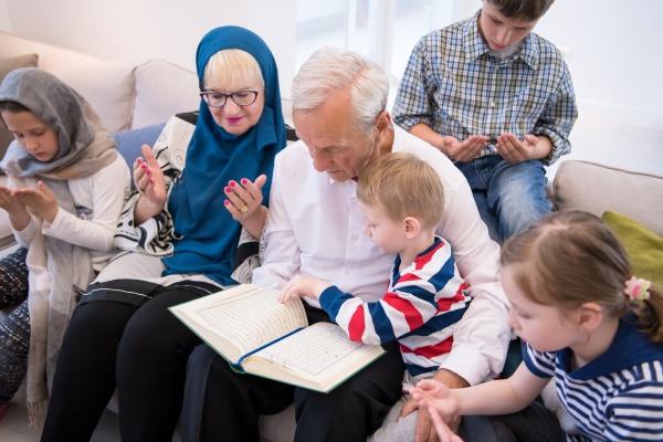 moderne muslimische grosseltern mit enkelkindern lesen