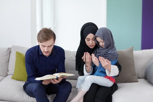 muslimische familie die den qur an