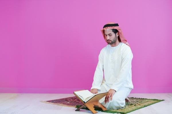 junger arabischer muslimischer mann der zu