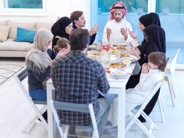 traditionelle muslimische familie die vor dem