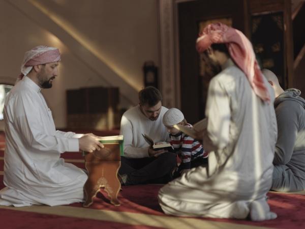 muslime in der moschee lesen gemeinsam