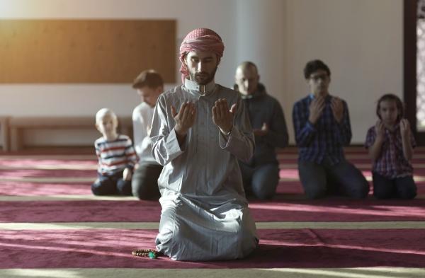 muslime, beten, in, der, moschee - 29810956