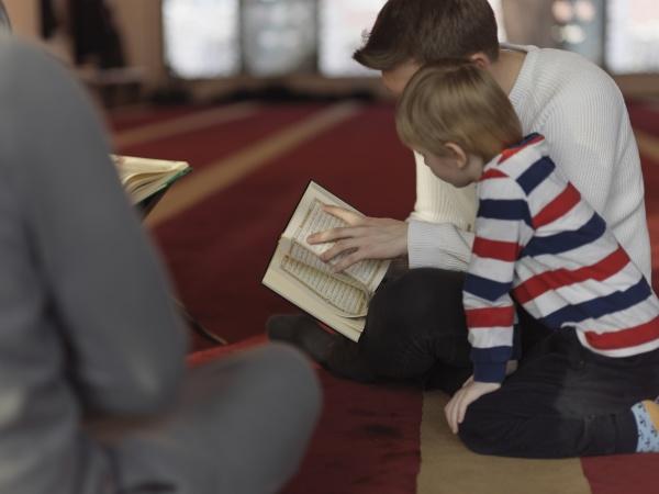 muslimische menschen in moschee lesen koran