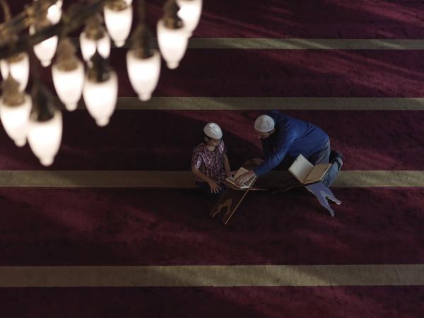 vater und sohn in der moschee
