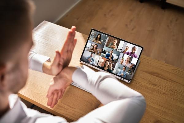videokonferenz in gehoerloser sprache im buero