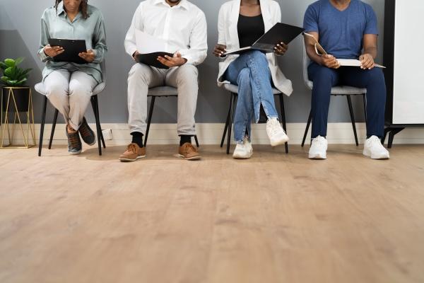 afroamerikanische arbeitslose arbeitsbewerber warten