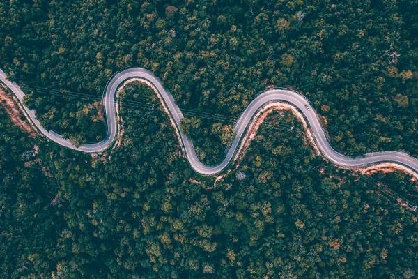 drohnenansicht der curvng road