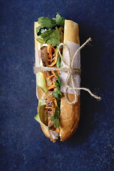 klassisches banh mi sandwich mit gegrilltem