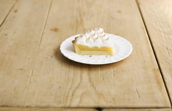 ein stueck zitronen meringue kuchen zitronenkuchen
