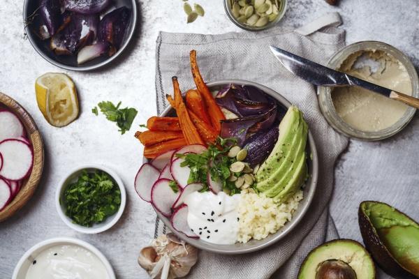 frische gesunde vegetarische schuessel zum mittagessen