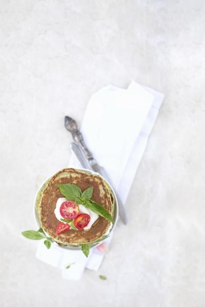 spinatpfannkuchen mit ricotta und kirschtomaten